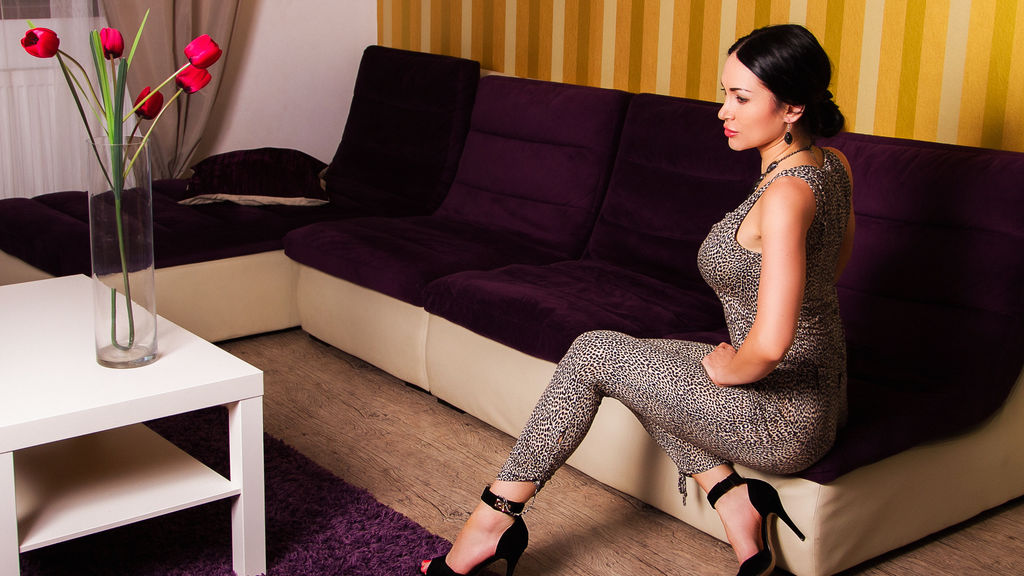 Discover and Live Sex Chat with Angiola on Live Jasmin